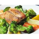 Porção de salmão grelhado com verduras e legumes.